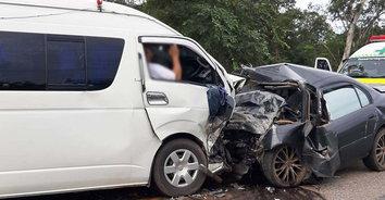 เจ็บระนาว! รถเก๋งประสานงานรถตู้นักเรียนบาดเจ็บ 20 คน เสียชีวิต 1 คน