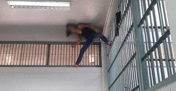 สไปเดอร์แมน! สาวเครียดถูกจับอาวุธปืน ปีนห้องขังสูง 3 เมตร