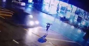 สุดสลด! รถชนสาวอุ้มหลานเสียชีวิต หลานรอดปาฏิหาริย์ติดท้ายกระบะหลบหนี