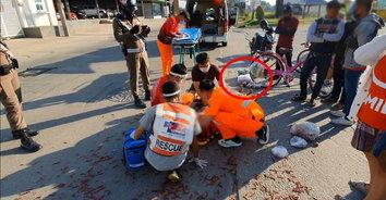 สยอง! ปิกอัพชนจักรยานบาดเจ็บสาหัส ไส้กระจายเกลี่ยนถนน