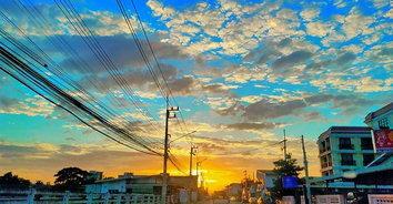 สวยงามตระการตา! ลายเมฆสีสวยสดเหนือท้องฟ้าแปดริ้วรับฤดูหนาว