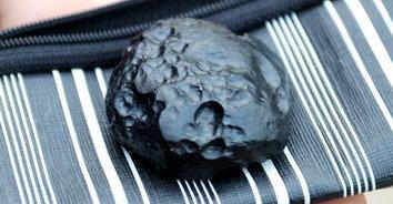 โชคจากสรรค์! พบก้อนหินประหลาดพุ่งชนบ้านต่อหน้า เชื่อเป็นอุกกาบาตให้โชค