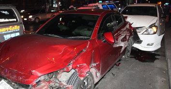 ซิ่งชนยับ! ลุงเมาขับรถชนรวดเดียว 3 คัน เสียชีวิต 1 บาดเจ็บ 1 ราย