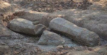 ฮือฮา ขุดพบเสาเสมาโบราณเก่าแก่อายุกว่า 1,000 ปี โผล่กลางสวน