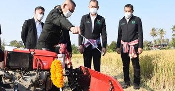 รัฐมนตรีเกษตรฯ เยี่ยมชมนวัตกรรมรถเกี่ยวข้าวขนาดเล็ก พร้อมให้เร่งพัฒนาต่อยอดให้มีประสิทธ