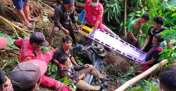 เดชะบุญ! กู้ภัยโรยตัวลงช่วยมอไซค์ ตกเขาลึกกว่า 40 เมตร เจ็บสาหัส
