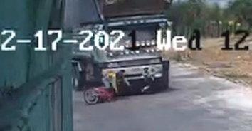 สุดสยอง! รถพ่วงบรรทุกอ้อย ชนรถจักรยานยนต์ เหยียบคนขับขาขาด