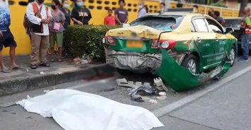 สุดเศร้า! ลูกชายขี่จยย.พาแม่ซ้อนท้าย เสียหลักพุ่งชนแท็กซี่ แม่เสียชีวิตคาที่