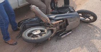 ซิ่งชนสยอง! หนุ่มใหญ่ซิ่งรถ จยย.ออกมาจากซอย ถูกชนรถบรรทุกชนคอหักดับสลด