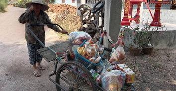 ชีวิตที่ไม่เคยท้อ! ยายวัย 82 ปี เข็นรถขายของในหมู่บ้าน แม้เดินแทบไม่ไหว