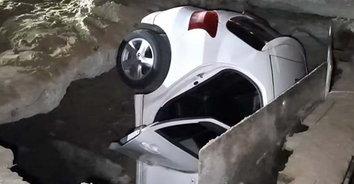 มหาภัยอันตราย หลุมนรกโคตรยักษ์! หญิงวัย 70 ขับ รถตกหลุมจุดก่อสร้าง เกือบมิดคัน