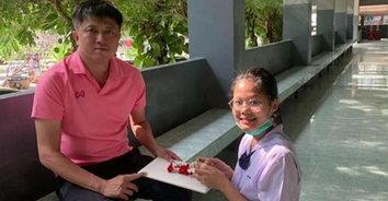 รักหมดใจ คุณครูหัวใจเทวดา! ครูหนุ่มสละเงินเดือน หาเงินซื้อคอมให้นักเรียนมาตลอด 10 ปี