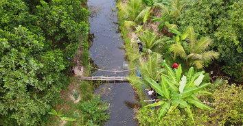 โธ่ชีวิต! หนุ่มเดินไปเก็บมะเขือ เกิดเป็นลมชักตกสะพาน จมร่องน้ำเสียชีวิต