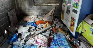 สะเทือนใจ พายุพิโรธถล่มพัดฝาบ้านทับเด็ก 2 ขวบเสียชีวิต พี่ 4 ขวบอาการสาหัส