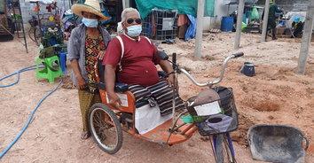 ชีวิตไม่ท้อ ขอสู้สุดลมหายใจ! ชายพิการวัย 71 ปี ขาขาด 2 ข้าง ไม่แบมือขอใครเก็บขยะหาเลี้ยงครอบครัว