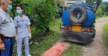 สะเทือนใจ ไม่ทันเข้าบ้าน! รถสูบส้วมชนชายวัย 73 ปี อัดกับเสาประตูเสียชีวิตสยอง