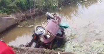 น้ำท่วมตาย น้ำลดรอด! หนุ่มสู้ชีวิตขับรถตกคลอง รอดตายเพราะน้ำลด