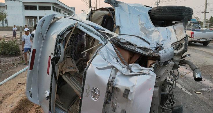 สุดสลด! เกิดอุบัติเหตุรถนักเรียนชนข้ามเลน เด็กตาย 1 เจ็บ 8