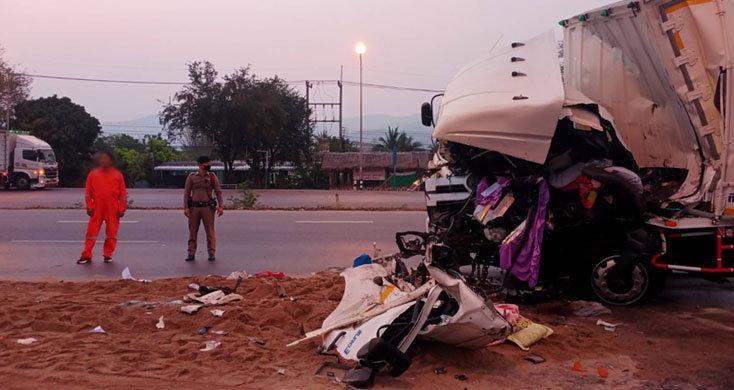 ใหญ่ฟัดใหญ่ หัวใจถล่ม! คนขับรถบบรทุกชนรถพ่วง เมียตายคาที่ผัวเจ็บ