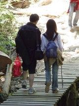 คู่รักเดินสู่ยอดภู