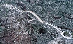 Ruyi Bridge สะพานแขวนข้ามหน้าผาที่มีรูปทรงแปลกตาที่สุดในโลก!