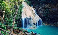 น้ำตกก้อหลวง โอเอซิสกลางป่า น้ำตกสีฟ้ามรกต!