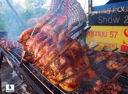 ข้าวเหนียว ไก่ย่าง อาหารธรรมดาที่แสนอร่อยจากข้างถนนติวานนท์