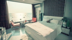 Marina Sea View Bangsaen ที่พักห้องกระจกมองวิวทะเลได้จากบนที่นอน