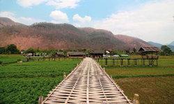 ที่เที่ยวลับแม่ฮ่องสอน บ้านผาบ่อง สะพานไม้กลางทุ่งนาที่โอบล้อมไปด้วยขุนเขา