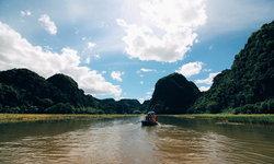 ฮาลองบก นั่งเรือล่องชมภูเขาสูงเสียดฟ้าและทุ่งนาสีเขียว กุ้ยหลินแห่งเวียดนาม!