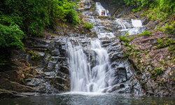 เที่ยวน้ำตกลำปี ความอลังการแห่งหน้าฝน น้ำตกใหญ่กลางป่าไม้เขียวขจี