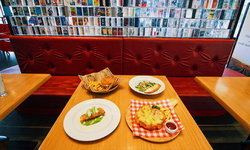 Retro Bar & Cafe ร้านคลาสสิคเหมือนหลุดไปในยุค 90 คนรักเทปคาสเซ็ทจะต้องถูกใจสิ่งนี้!