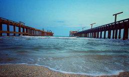 """ไปถ่ายรูปกัน! """"สะพานคู่""""สะพานสุดโรแมนติก ณ หาดแม่รำพึง จ.ระยอง"""