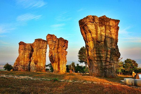 ผลการค้นหารูปภาพสำหรับ สโตนเฮนจ์เมืองไทย มอหินขาว  ชัยภูมิ