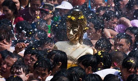 สมโภชสรงน้ำหลวงพ่อพระใส วันปีใหม่ไทย