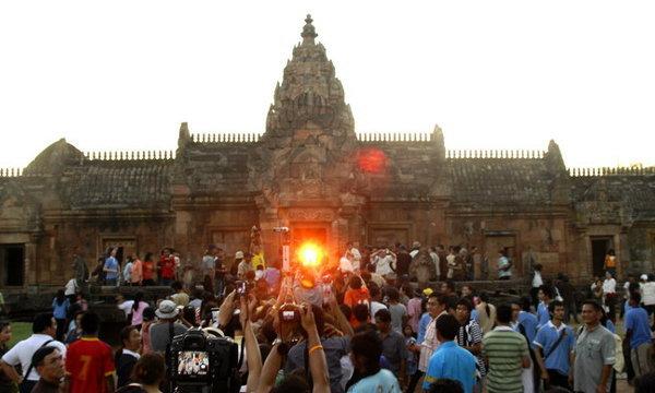 ชวนเที่ยวมหัศจรรย์ปราสาทพนมรุ้ง ชมดวงอาทิตย์ลอด 15 ช่องประตู