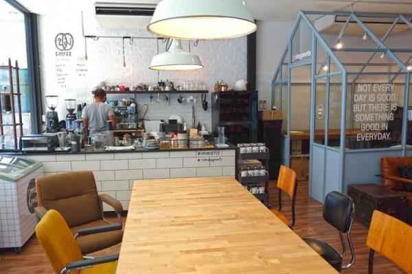 Cafe Daypoets ร้านกาแฟของคนชอบคิด..ชอบอ่าน