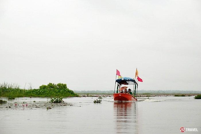 นักท่องเที่ยวเดินทางชมทะเลบัวแดง
