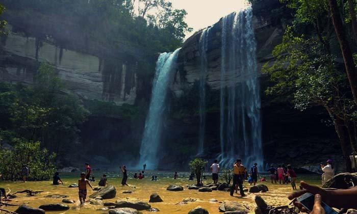 น้ำตกห้วยหลวง ธรรมชาติสุดตระการตากลางป่าเมืองอุบล
