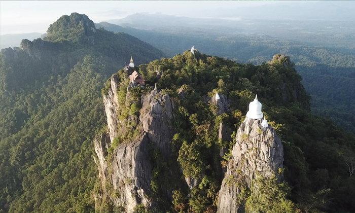 เจดีย์ลอยฟ้าวัดพระพุทธบาทสุทธาวาส ในยามที่หมอกลงหนา เหมือนดั่งว่านี่คือสวรรค์!