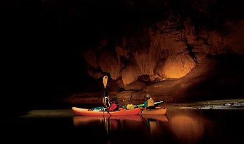 พายเรือลอดถ้ำ ข้ามสองอำเภอ ที่ถ้ำเจ็ดคต