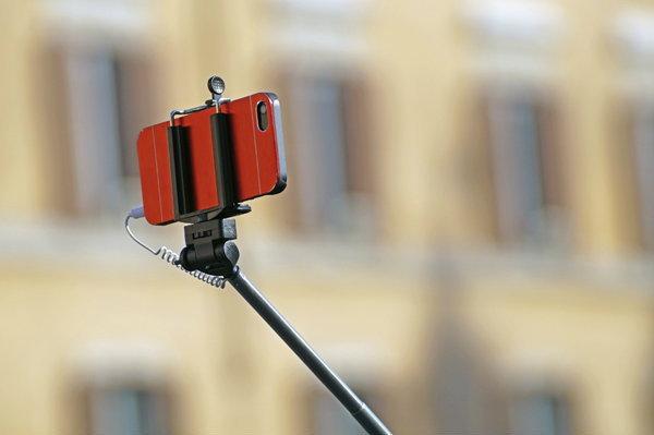 """รู้ไว้..ประเทศไหน...ห้ามใช้ """"ไม้เซลฟี่"""" (Selfie) เด็ดขาด!!!"""