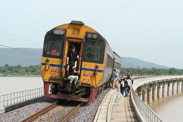 เหมารถไฟ ไปนั่งเล่น ชมเขื่อน ชมไร่ ชิมไวน์ ชิมสเต็ก
