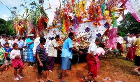 ประเพณีลอยเรือสะเดาะเคราะห์ สังขละบุรี จ.กาญจนบุรี