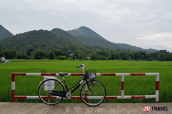 """ขี่จักรยาน..หน้าฝน..กลางทุ่งนา หลงเสน่ห์ """"เมืองปาย"""" แบบไม่รู้ตัว"""