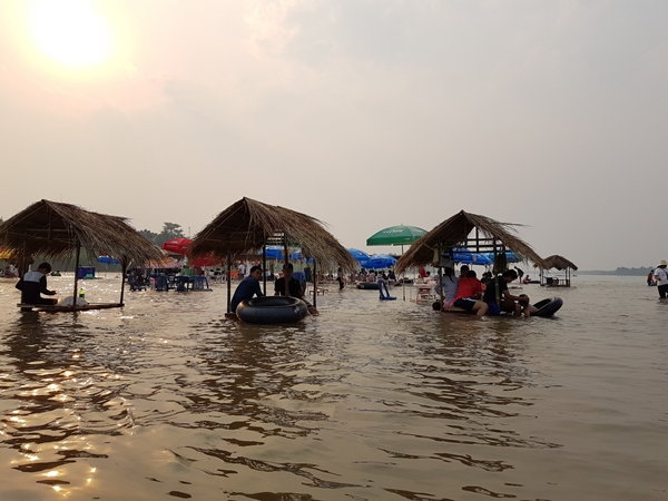 น้ำโขงขึ้นเป็นโอกาส แห่สัมผัสนั่งเก้าอี้แช่น้ำที่หาดบ้านท่ามะเฟือง