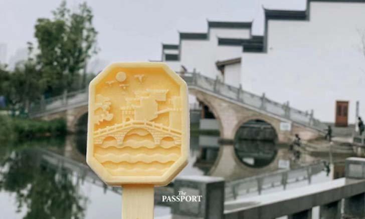 เทรนด์ท่องเที่ยวในเมืองจีน ถ่ายรูปกับไอศกรีมบอกสัญลักษณ์