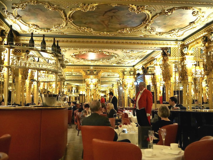 """ฉันนั่งจิบน้ำชาในห้องกระจกของ """"พระราชวังแวร์ซาย"""" แห่งกรุงลอนดอน"""
