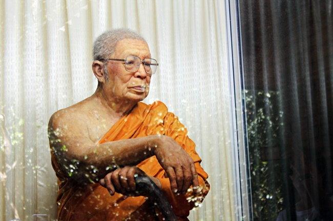 รูปปั้นท่านพุทธทาสภิกขุ ผู้ก่อตั้งสวนโมกขพลาราม