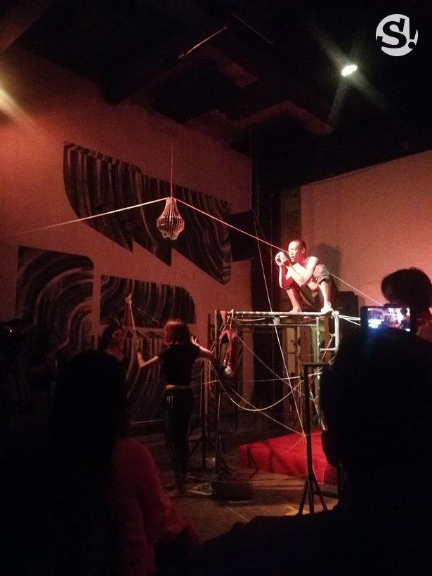 การแสดง Physical Theater ส่วนหนึ่งของพิธีเปิดนิทรรศการ